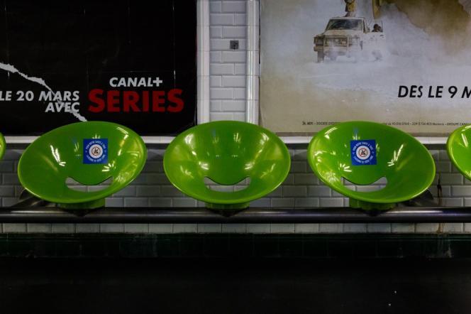 Les agents de la RATP ont placé des autocollants pour laisserun siège sur deux libre, dans les stations de métro, à Paris, le 1er mai.