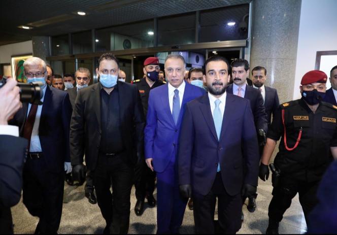 Le président du Parlement irakien, Mohammed Al-Halbousi, accueille l'ancien chef des renseignements, Mustafa Al-Kadhimi (en costume bleu), à Bagdad, le 6 mai.