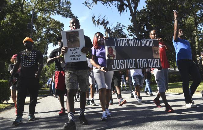 Des manifestantsbrandissent des pancartes « Justice pour Ahmaud Arbery»,dans un quartier de Brunswick, en Géorgie, aux Etats-Unis, le 5 mai.