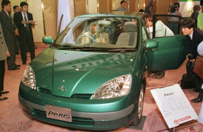 Présentation à la presse de la Toyota Prius première génération, en octobre 1997.