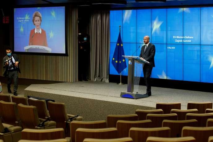 Le président du Conseil européen Charles Michel et, sur l'écran, la présidente de la Commission européenne, Ursula von der Leyen, lors de la conférence de presse qui a suivi la visioconférence du sommet UE-Balkans occidentaux, le 6 mai à Bruxelles.