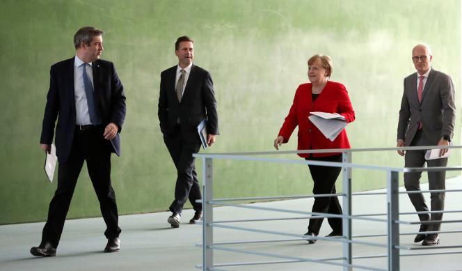 Le ministre-président bavarois, Markus Söder, la chancelière Angela Merkel, et le premier bourgmestre de Hambourg, Peter Tschentscher, à Berlin, le 6 mai.
