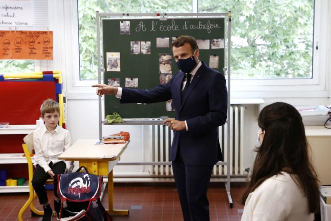 Emmanuel Macron a rendu visite à une classe de l'école Pierre de Ronsard, à Poissy (Yvelines), le 5 mai.