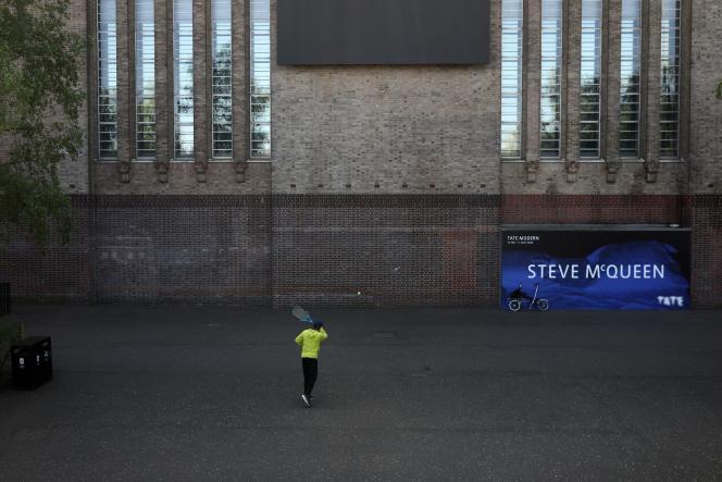 Un homme joue au tennis sur le mur de la Tate Modern, à Londres, le 24 avril. Le musée est fermé depuis le 17 mars.