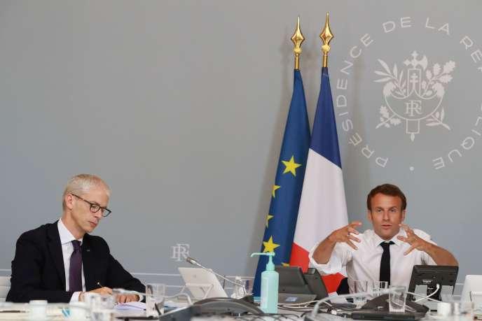 Le ministre Franck Riester et Emmanuel Macron lors de l'annoncedes orientations du «plan pour la culture», à l'Elysée, le 6 mai.