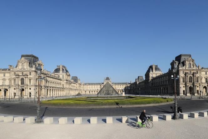 Devant le Musée du Louvre, à Paris, le 23 avril.