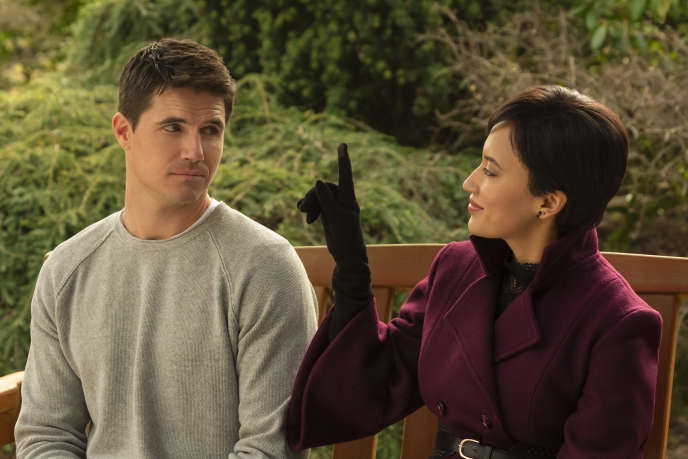 Robbie Amell (Nathan Brown) etAndy Allo (Nora) dans la série «Upload».