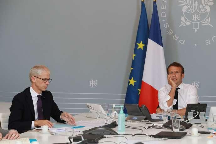 Le président Emmanuel Macron et le ministre de la culture Franck Riester lors de la vidéoconference organisée avec des artistes à l'Elysée, à Paris, le 6 mai 2020.