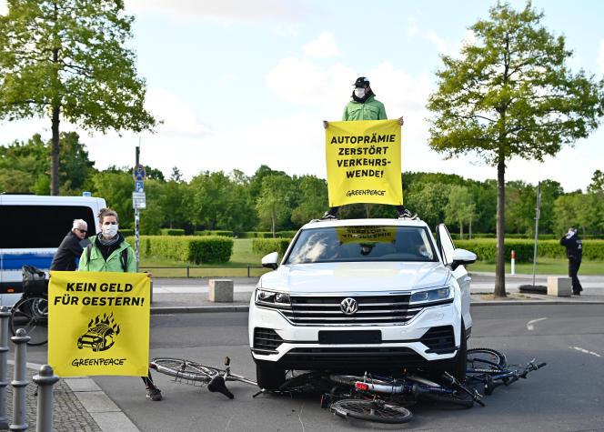 Des miltants de Greenpeace manifestent contre la politique d'aide à l'industrie automobile, à Berlin, le 5 mars 2020.