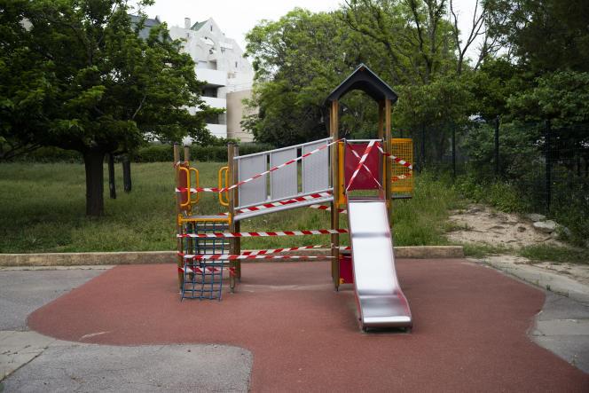 Par précaution, le toboggan de la cour de récréation de l'école Paul Gauguin a été interdit d'accès, à Vitrolles, le 5 mai.