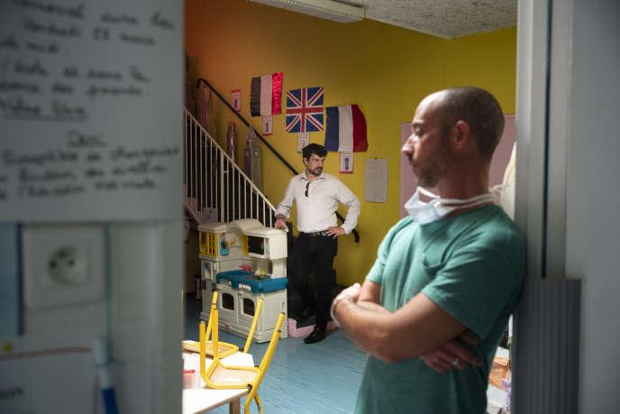 L'école primaire Paul Gauguin de Vitrolles, prépare le déconfinement et la rentrée des professeurs et celle des élèves le 12 mai. Au centre Loic Gachon, maire de Vitrolles accompagné de Franck Nicolas directeur de l'école et enseignant en CM2, le 5 mai.