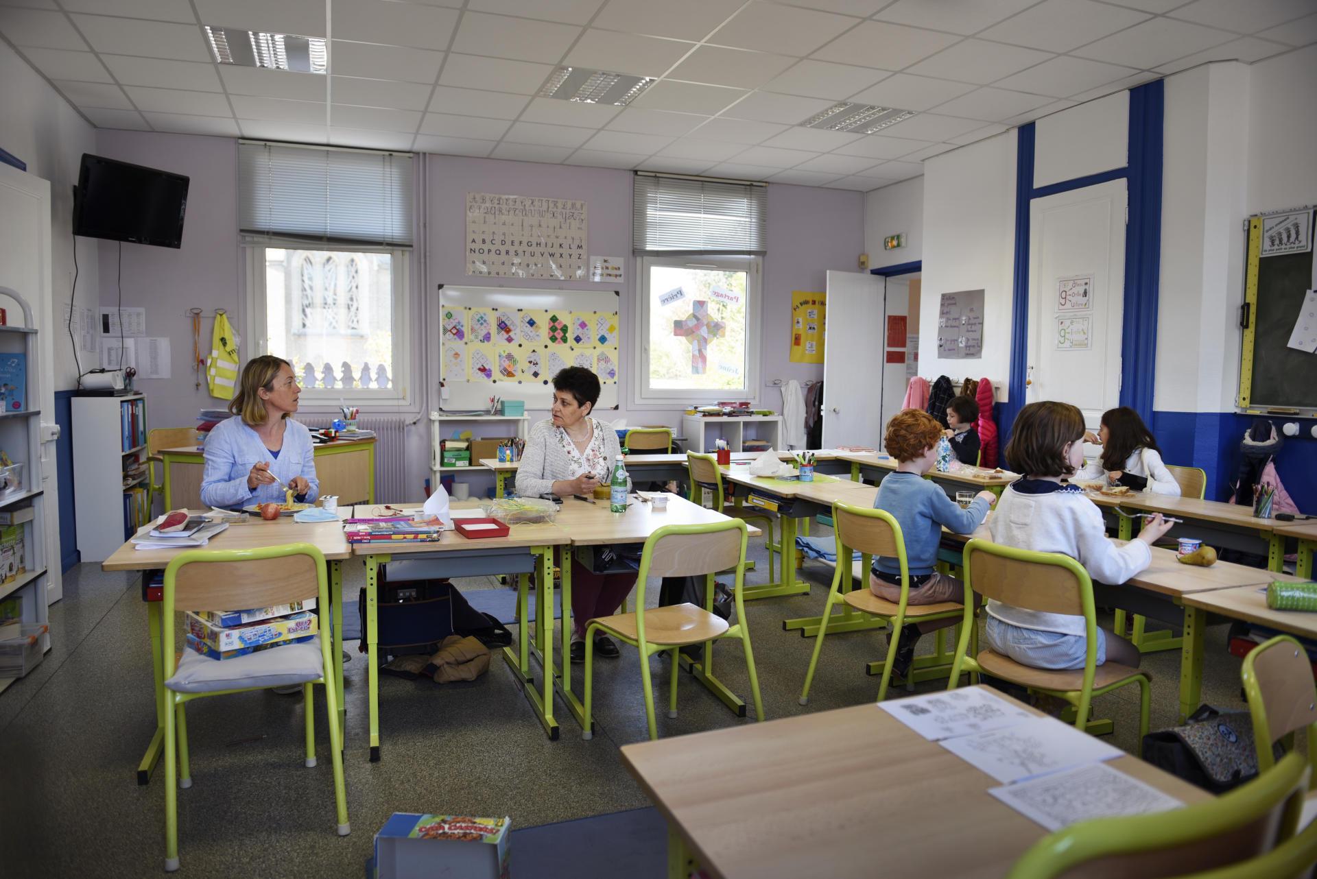 Comme il n'y a plus de cantine, les parents fournissent les repas. Le déjeuner se fait dans la salle de classe, et l'équipe éducative gère.