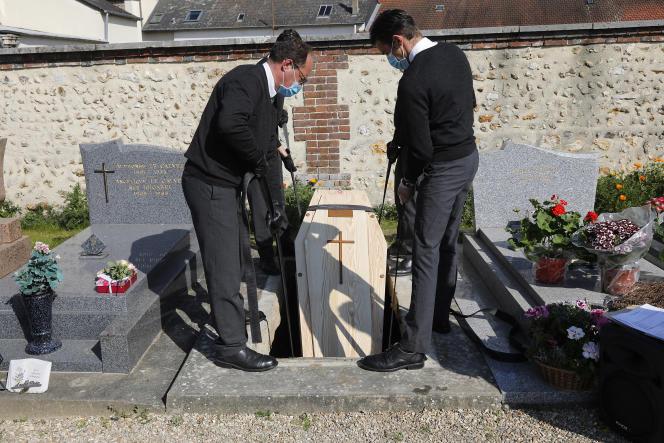 Cérémonie funéraire dans un cimetière d'Evreux pendant la pandémie de Covid-19, le 9 avril.