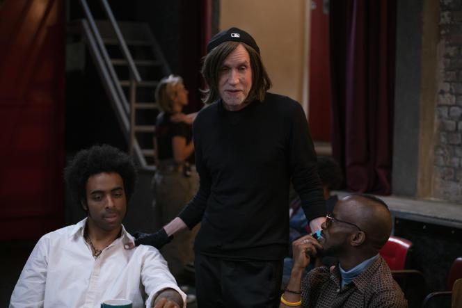 Glen Ballard (au centre) entouré deDamian Nueva Cortes (à gauche) et Jowee Omicil (à droite) sur le tournage de la série «The Eddy» à Paris.