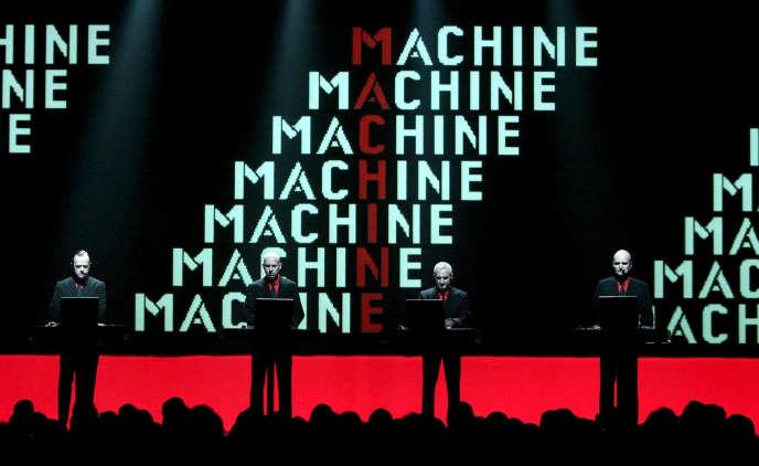 Florian Schneider, à droite, lors d'un concert du groupe Kraftwerk, à Berlin, le 19 mai 2004.