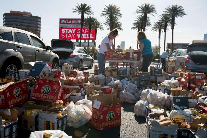 Des dons de nourriture sont préparés sur un parking, le 7 mai, à Las Vegas.