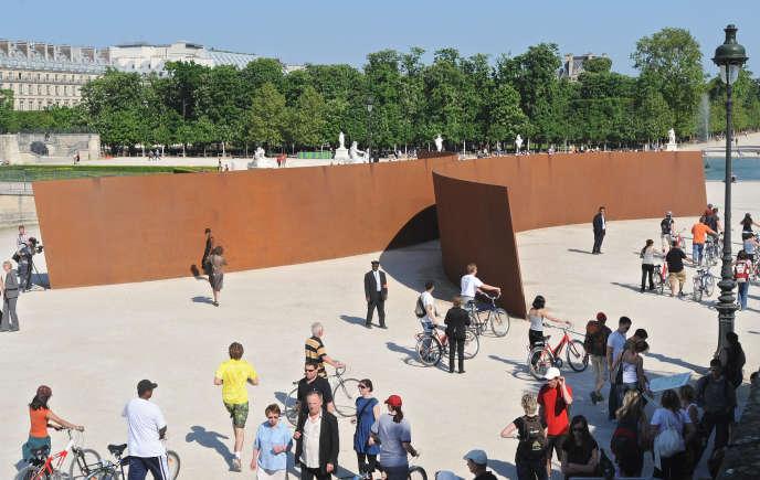 L'œuvre «Clara-Clara» (1983), du sculpteur américain Richard Serra, a été réinstallée temporairement au jardin des Tuileries à l'occasion de l'édition de la Monumenta du Grand Palais, qui lui est consacrée. Paris, 2008.