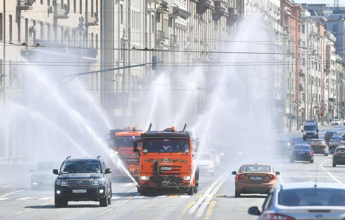 Une opération de désinfection dans une rue de Moscou, le 1er mai.