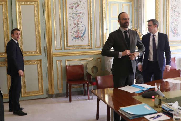 Emmanuel Macron, Edouard Philippe et Olivier Véran au palais de l'Elysée à Paris, le 24 mars.