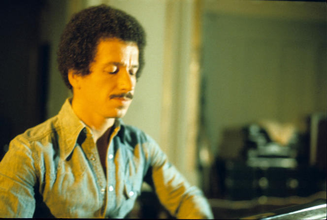 Le pianiste américain Keith Jarrett en concert à la Musikhalle de Hambourg (Allemagne), en 1977.