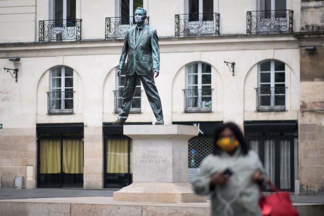 « Eloge du pas de côté», statue de bronze de l'artiste Philippe Ramette, à Nantes (Loire-Atlantique), le 29 avril.