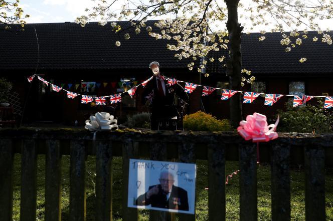 Un hommage à Captain Tom dans le jardin d'une maison à Blyth, au Royaume-Uni, le 27 avril.