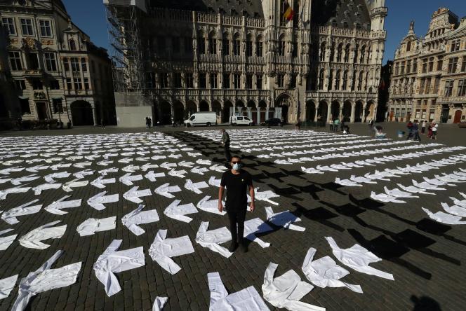 Des centaines de vestes de cuisiniers ont été étalées sur la Grand-Place de Bruxelles en Belgique, pour demander l'aide du gouvernement dans le secteur de la restauration, jeudi 7 mai.
