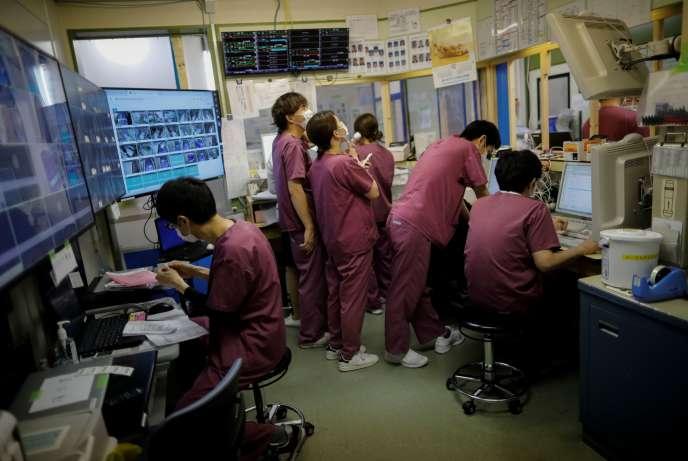 Des soignants de l'unité de soins intensifs pour patients atteints du Covid-19, dans un hôpital de Kawasaki au Japon, le 4 mai.