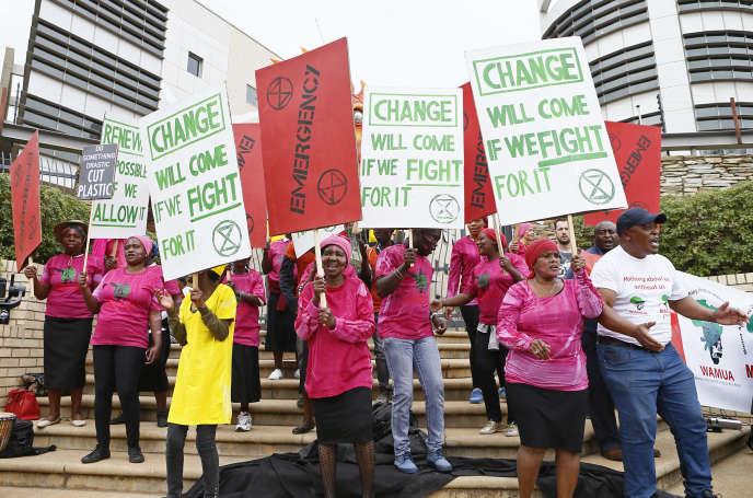 Des militants écologistes manifestent devant le ministère sud-africain de l'énergie, à Pretoria, le 11octobre 2019.