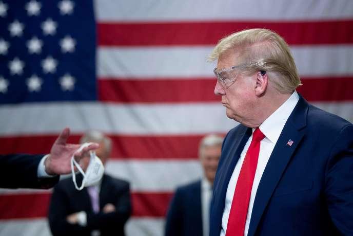 Le président américain, Donald Trump, visite l'usine Honeywell Internation Inc fabriquant des masques N95, à Phoenix (Arizona), le 5 mai.