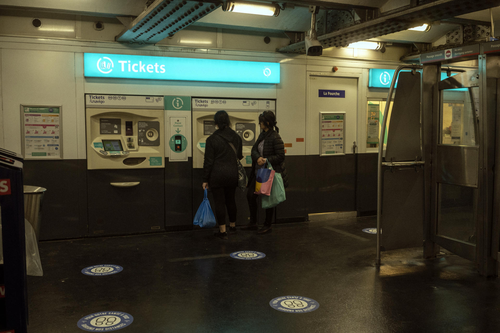 A l'entrée de la station La Fourche à Paris, le 6 mai. Des autocollants signalétiques sont placés au sol pour indiquer les mesures de distanciation sociale.