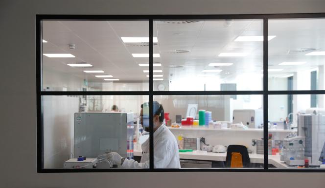 Un laboratoire de recherche évaluant des traitements expérimentaux contre le Covid-19 à Oxford, au Royaume-Uni, le 24 avril.
