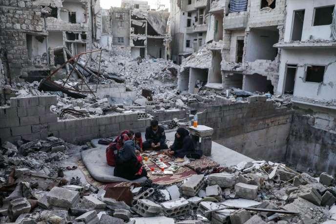 Dans la province d'Idlib, une famille rompt le jeune du ramadan le 4 mai.