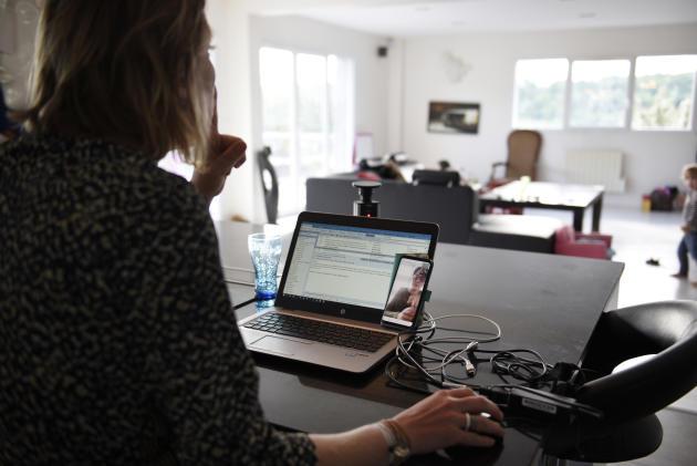 Marie Delafontaine demande à ses enfants de faire moins de bruit alors qu'elle est en vidéoconférence.