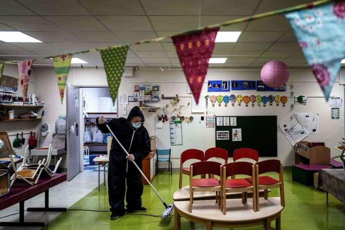 Désinfection d'une salle de classe du groupe scolaire des Peupliers à Beaune (Côte-d'Or), le 6 mai.