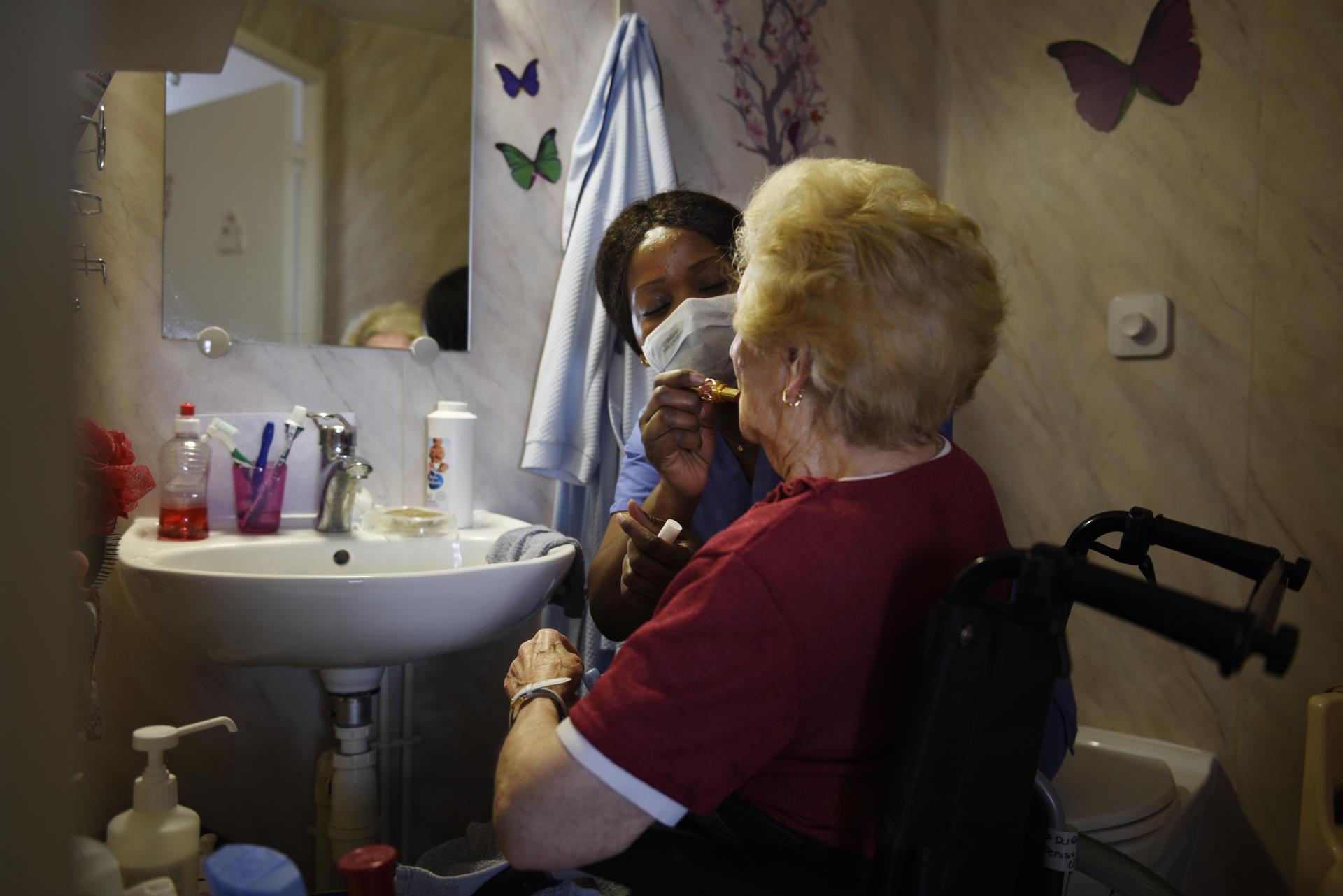 «Il y a beaucoup de résidentes qui restent coquettes. Le maquillage et la coiffure, pour moi ça fait partie du soin», confie Aude Pambou.