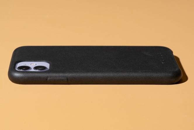 L'étui Mujjo ressemble beaucoup à la coque en cuir d'Apple, mais les boutons sont moulés dans le cuir au lieu d'être rehaussés d'aluminium.