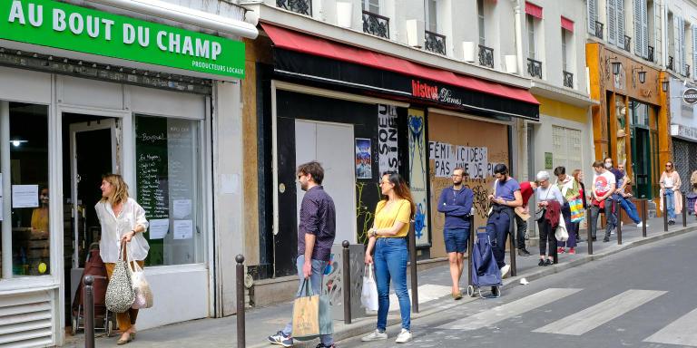 Paris sous confinement.Une file indienne  s'est formée pour s'approvisionner en fruits et legumes dans le magasin de producteurs locaux distribués par Au bout du Champ.