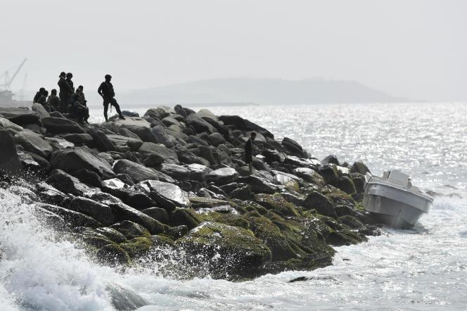 Les forces de sécurité surveillent la zone et un bateau dans lequel un groupe d'hommes armés aurait débarqué à La Guaira, au Venezuela, le 3 mai.
