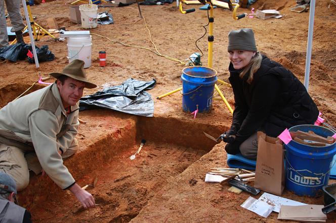 Le docteur Erin Kimmerle sur le site de l'excavation de la Dozier School for Boys, en Floride, en 2013, avec son collègue le docteur Greg Berg.