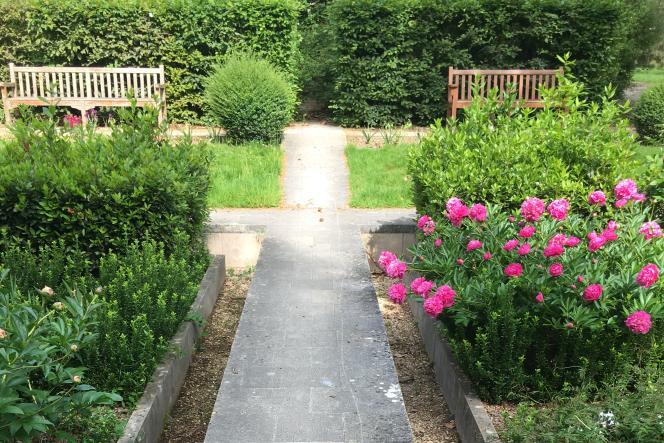 Le parc de Bercy, aménagé sur les espaces d'anciens chaisvinicoles, est un jardin en partie structuré, mais comprend aussi des sous-bois et des plans d'eau.