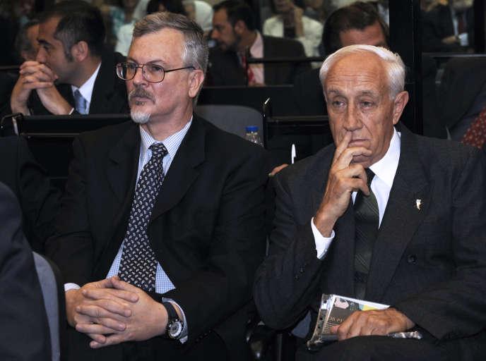 Ricardo Cavallo (à gauche) et Jorge Eduardo Acosta, le premier jour de leur procès pour crimes contre l'humanité pendant la dictature militaire en Argentine, à Buenos Aires, le 11 décembre 2009.