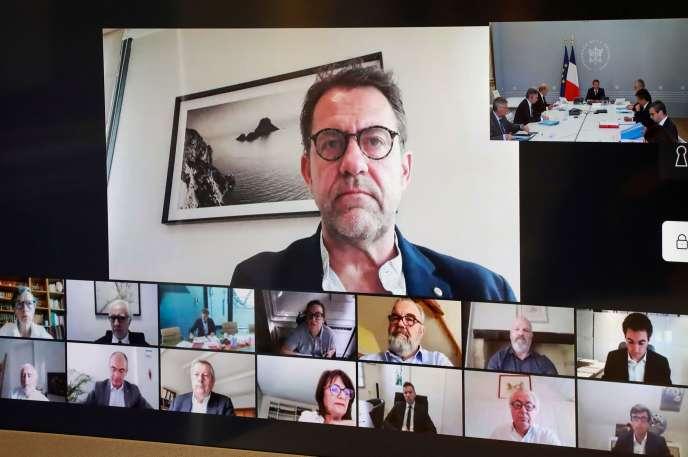 Visioconférence du président de la République, Emmanuel Macron, avec des chefs français dont Michel Sarran (en haut), Hélène Darroze, Guy Savoy, Alain Ducasse et Philippe Etchebest, le 24 avril.