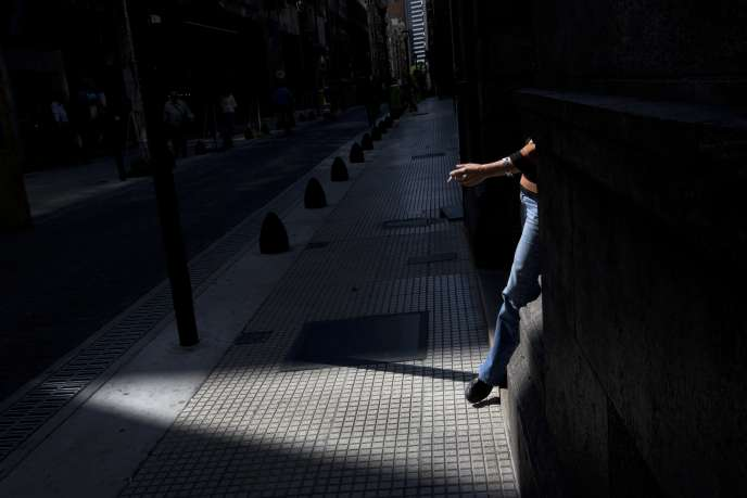 Une femme fume à Buenos Aires, le 20 février 2015.