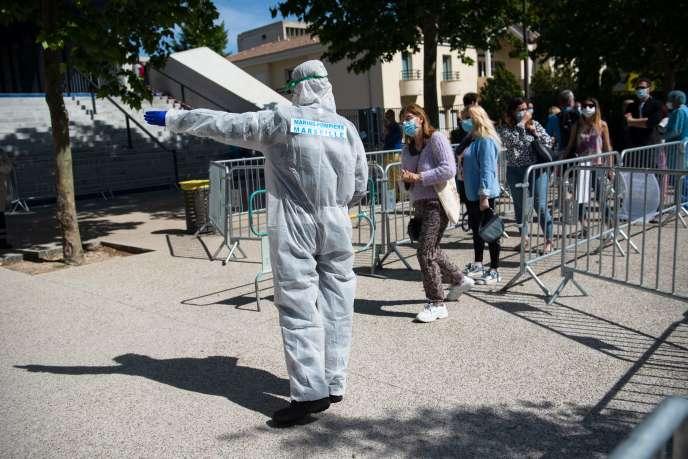 Dépistage du Covid-19 auprès des employés d'une école municipale en amont du déconfinement, à Marseille (Bouches-du-Rhône), le 7 mai.