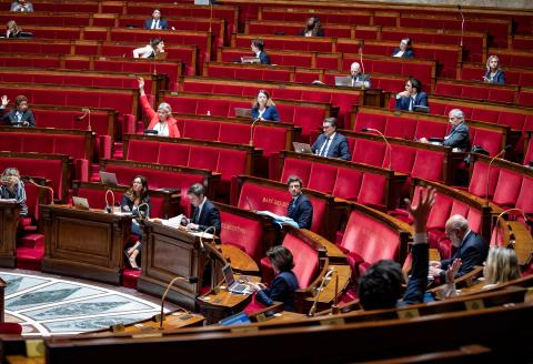 A view shows French MP's voting an amendment during a debate on the extension of the state of health emergency at the National Assembly in Paris on May 8, 2020 on the 53rd day of a lockdown in France aimed at curbing the spread of the COVID-19 infection caused by the novel coronavirus. / AFP / Thomas SAMSON