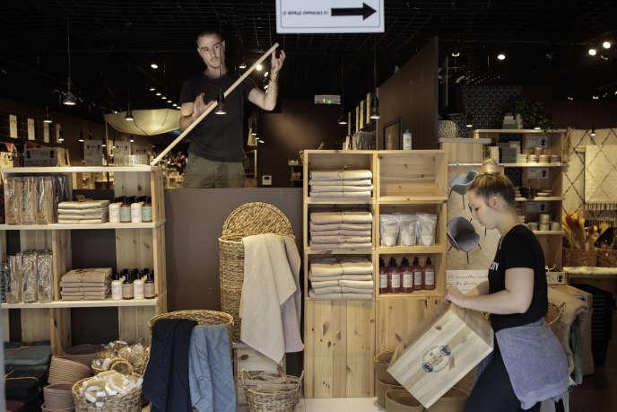 Marion et Jerôme réaménagent la vitrine de la boutique Sostrene Grene, à Bordeaux, le 7 mai.