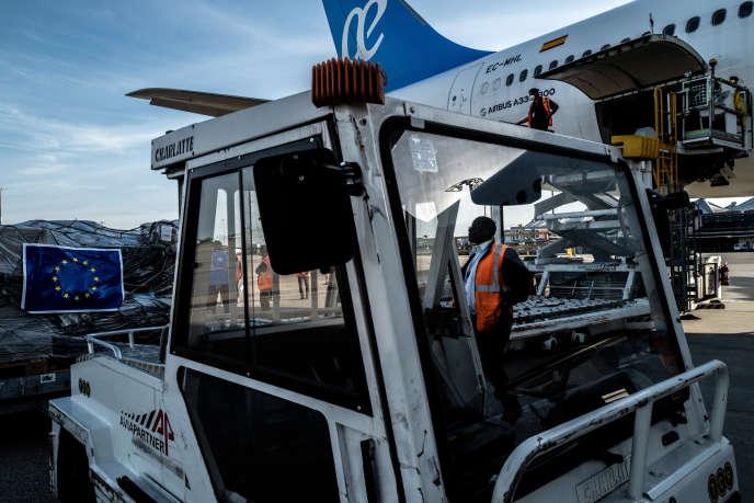 Chargement de l'avion affrété par l'Union européenne à destination de la Centrafrique, le 7mai 2020, à l'aéroport Saint-Exupéry de Lyon.