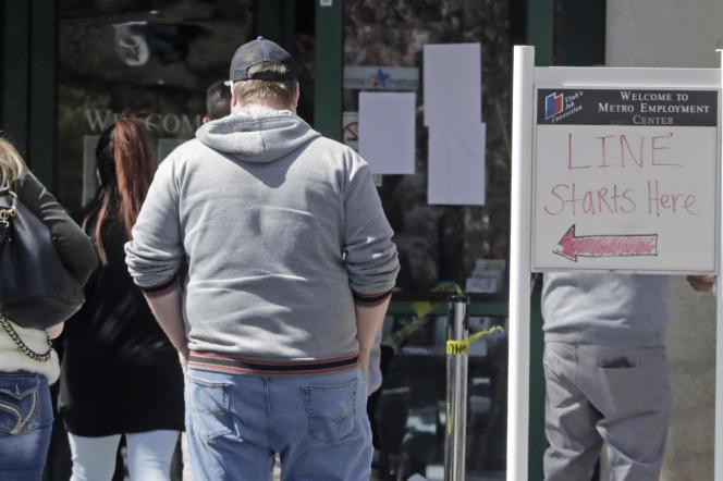 Des gens font la queue devant les bureaux du chômage à Salt Lake City (Utah), le 13 avril.