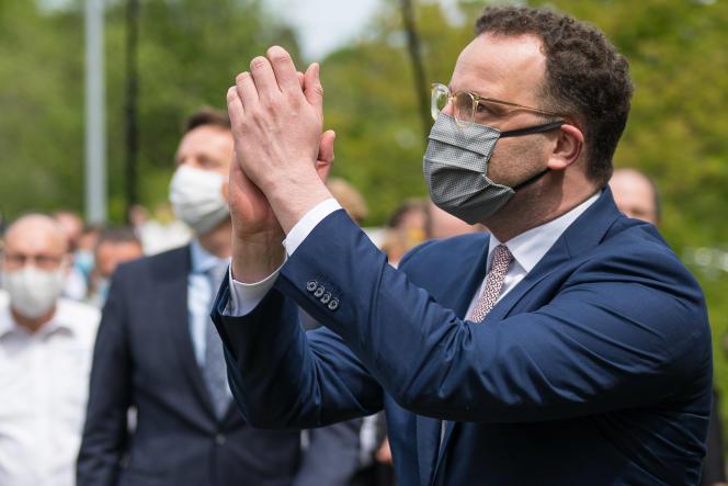 Le ministre allemand de la santé, Jens Spahn, lors de sa visite dans un centre de soins, à Neunkirchen,le 8 mai.